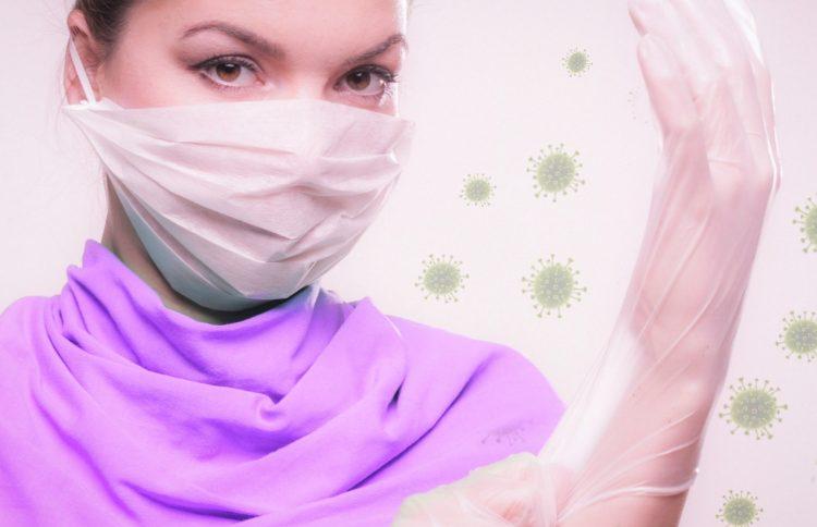 vrouw beschermt zichzelf met handschoen en mondkap voor Corona virus