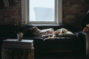 vrouw met chronische vermoeidheid ligt op bed