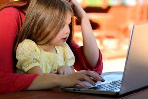 kind zit achter laptop