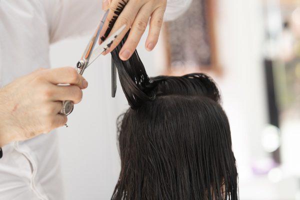 kapper knipt haren